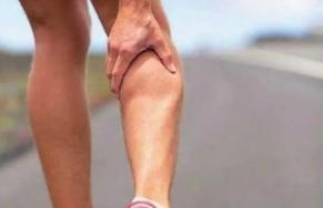 右腿抽筋是怎么回事