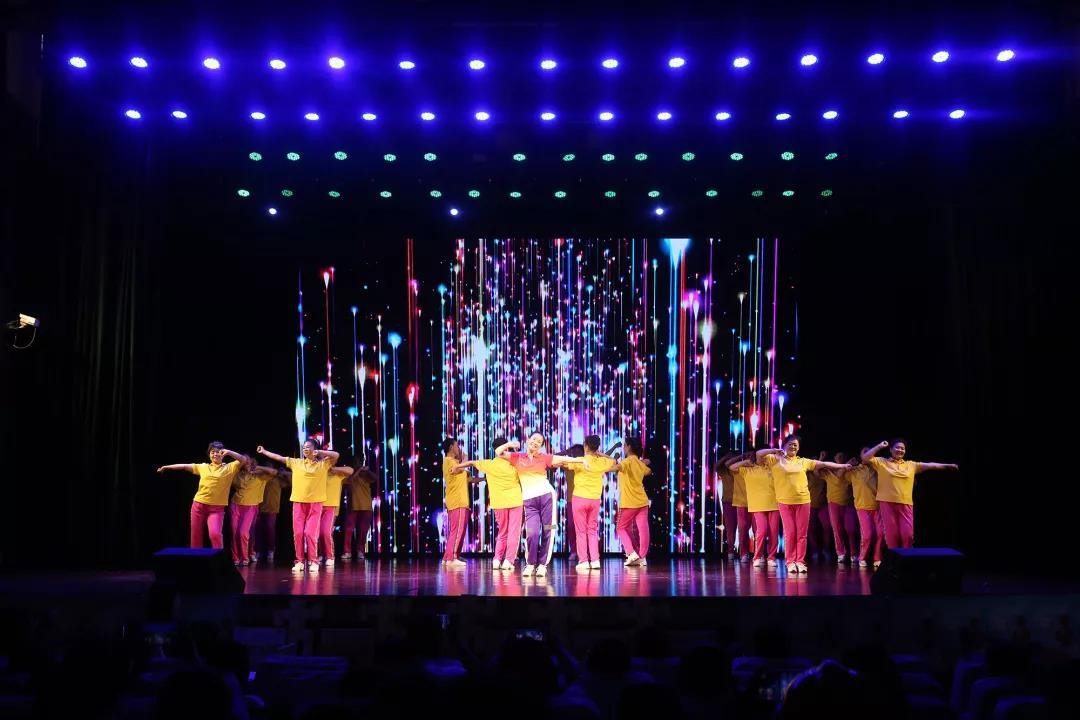 跳过很多个广场,依然梦想上一次舞台!