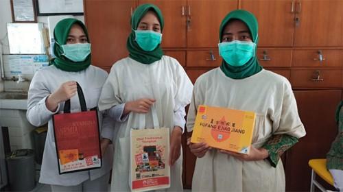 """疫情蔓延,藿香正气液等中成药在印尼成""""断货王"""" 经销商舍利捐赠"""